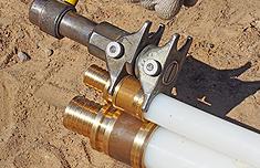 надвинуть инструментом гильзу на фитинг на второй трубе до упора