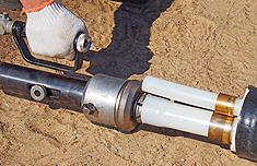 произвести расширение конца трубы гидравлическим инструментом
